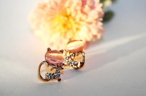 rózsaszín és fehér köves cicás ékszer